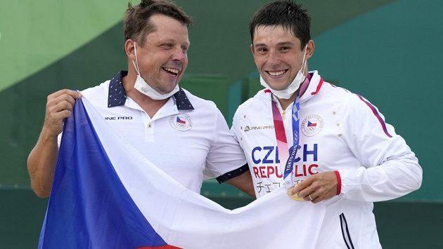 Olympijský vítěz Jiří Prskavec (vpravo) se svým tatínkem Jiřím po finále ve vodním slalomu v Tokiu.