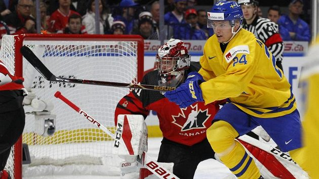 Švédský útočník Lias Andersson (24) před kanadským gólmanem Carterem Hartem (31).