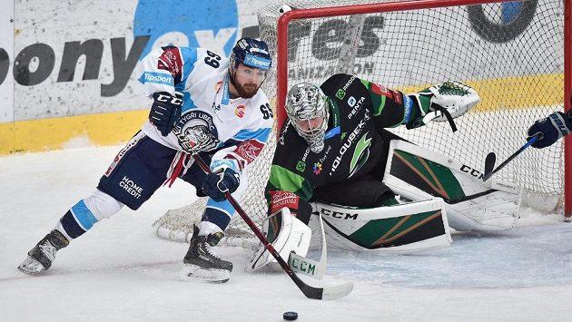 Liberecký hokejista Marek Zachar (vlevo) se dere do šance před brankáře Karlových Varů Filipa Novotného.