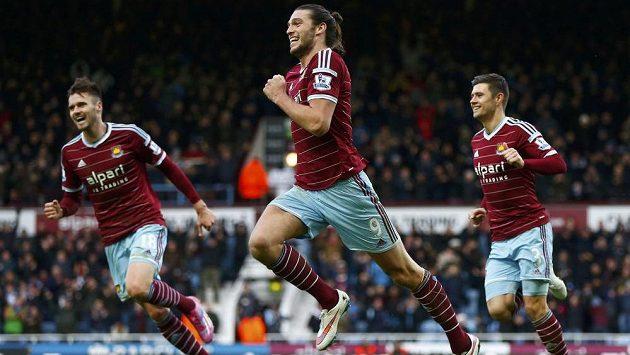 Útočník West Hamu Andy Carroll (č. 9) slaví gól proti Swansea v utkání 15. kola anglické Premier League.