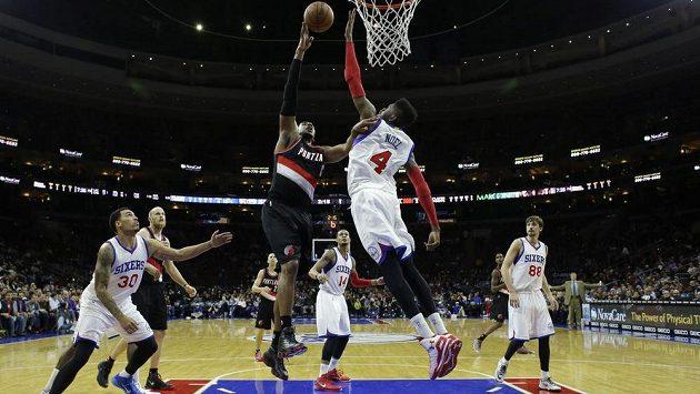 Basketbalista Portlandu Trail Blazers LaMarcus Aldridge (vlevo) ve vzdušném souboji proti Nerlensi Noelovi z Philadelphie.