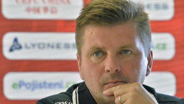 Hlavní trenér Slavie Dušan Uhrin přemýšlí o ideální sestavě...