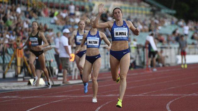 Zuzana Hejnová vítězí v závodu na 400 metrů překážek na Memoriálu Josefa Odložila.