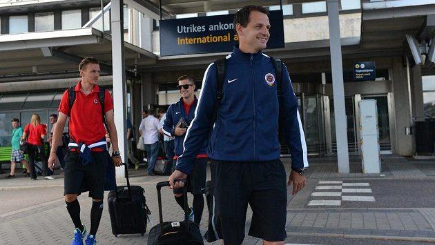 Hráči Sparty Praha Marek Matějovský (vpředu), Ondřej Švejdík (vlevo) a Lukáš Vácha na letišti ve švédském Göteborgu.