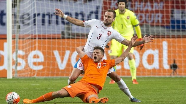 Michal Kadlec (3) a nizozemský útočník Klaas Jan-Huntelaar před brankářem Petrem Čechem.