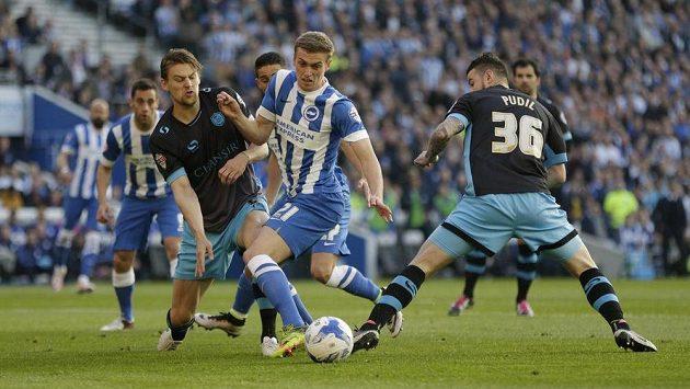 Jamese Wilsona z Brightonu (uprostřed) se snaží zastavil Daniel Pudil ze Sheffieldu Wednesday (vpravo) a jeho spoluhráč Glen Loovens.