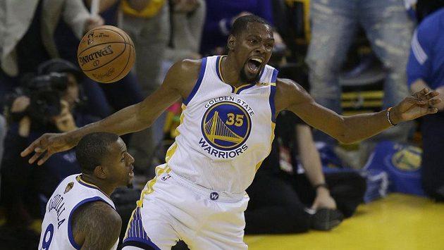 Basketbalista Golden State Warriors Kevin Durant (35) během prvního finále play of NBA.