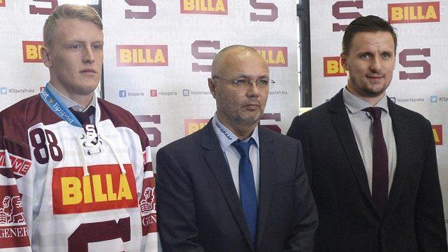 Zleva útočník Sparty Miroslav Forman, sportovní manažer a hlavní trenér Pražanů Jiří Kalous a brankář Sparty Tomáš Pöpperle.