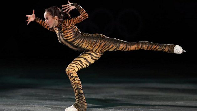 Ruská vítězka soutěže krasobruslařek Alina Zagitovová při závěrečné exhibici.