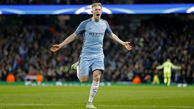 Kevin de Bruyne z Manchesteru City jásá po gólu proti Barceloně.