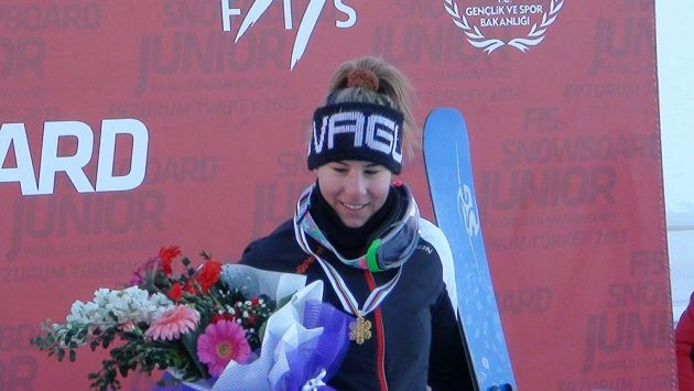Snowboardistka Ester Ledecká po triumfu na juniorském mistrovství světa v Erzurumu.
