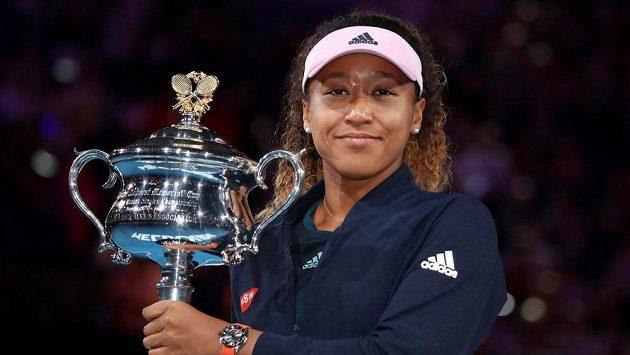 Japonská tenistka Naomi Ósakaová s trofejí pro vítězku Australian Open.
