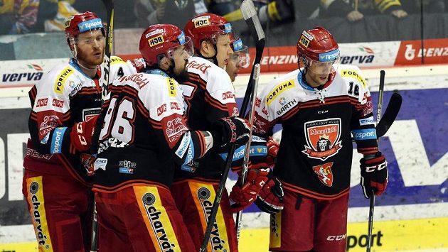 Hokejisté Hradce se radují z úvodní branky zápasuv Litvínově, jejímž autorem byl Roman Kukumberg (vpravo).