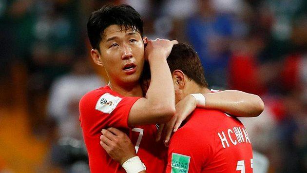 Korejský fotbalista Heung-Min Son utěšuje spoluhráče po porážce s Mexikem, která znamenala, že Asiaté skončí na MS už po základní skupině.