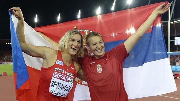 Zlatá Barbora Špotáková (vlevo) a stříbrná Tatjana Jelačová ze Slovinska.