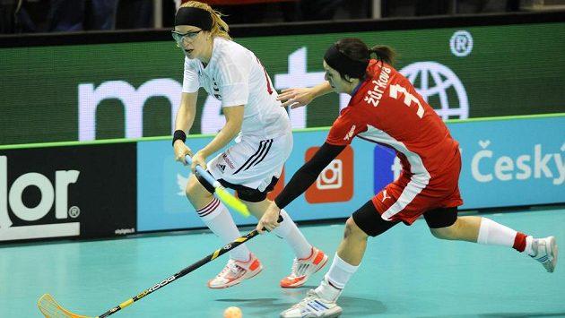 Švýcarská florbalistka Andrea Kernová (vlevo) v souboji s Gabrielou Žůrková z České republiky.