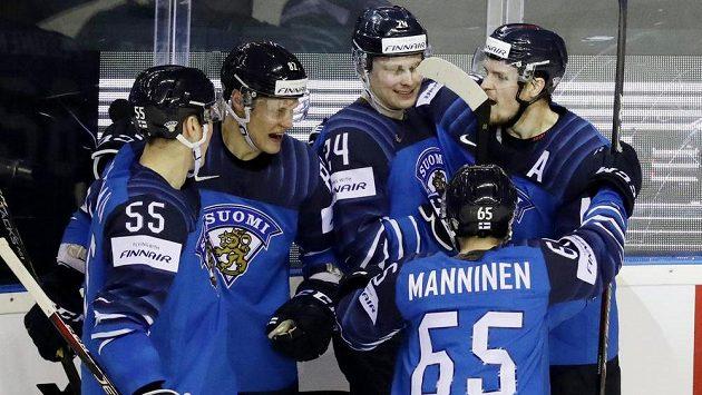 a81aa56d33c05 Finská hokejová hvězda Kaapo Kakko slaví se spoluhráč gól na mistrovství  světa.