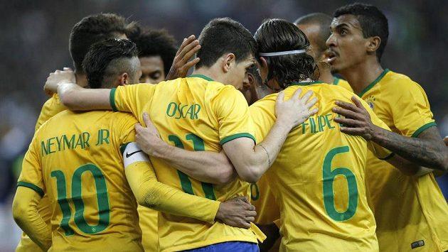 Fotbalisté Brazílie slaví gól proti Francii v přípravném utkání v St. Denis.