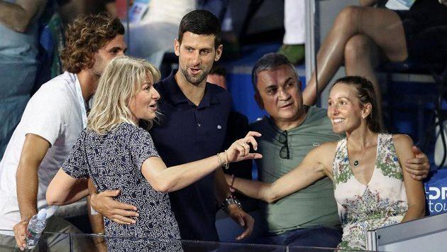 Novak Djokovič s manželkou Jelenou (vpravo), otcem Srdjanem, matkou Dijanou a bratrem Markem (vlevo) při Adria Tour v Bělehradě.