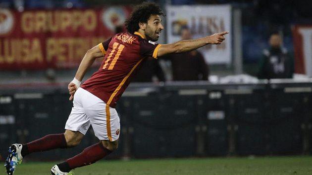 Mohammed Salah z AS Řím oslavuje svoji trefu do sítě Boloni.