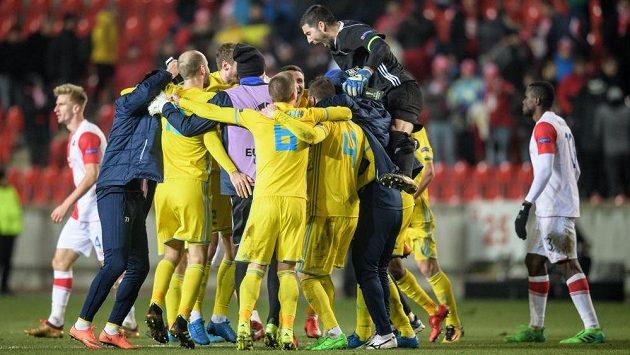 Fotbalisté Astany oslavují vítězství a postup přes Slavie v Evropské lize.
