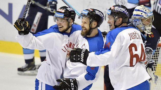 Hráči Litvínova (zleva) Martin Havelka, Michal Trávníček a Ondřej Jurčík se radují z gólu proti Liberci.