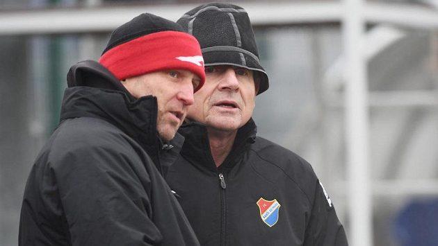 Trenér Baníku Ostrava Vlastimil Petržela a jeho asistent Aleš Křeček (vlevo).