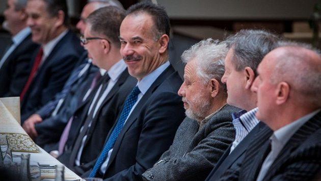 Spokojený Igor Nemeček (čtvrtý zprava). Zůstává nadále v čele Slovenského svazu ledního hokeje.