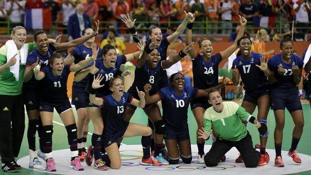 Obrovská radost francouzských házenkářek, z OH už mají jistou medaili.