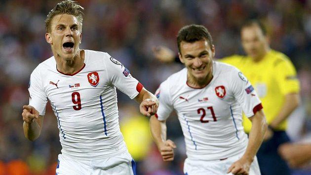 Sparťanská radost v reprezentačním dresu - Bořek Dočkal a David Lafata slaví vedoucí gól českého týmu.