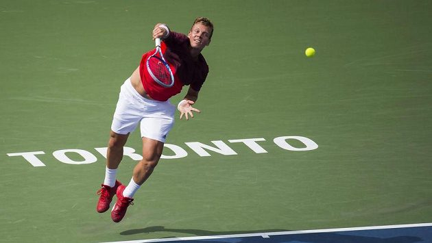 Tenista Tomáš Berdych servíruje na turnaji v Torontu.