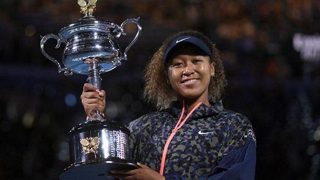 Naomi Ósakaová s trofejí pro vítězku Australian Open