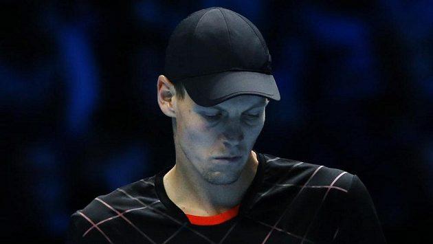 Český tenista Tomáš Berdych během utkání Turnaje mistrů proti Stanislasi Wawrinkovi.
