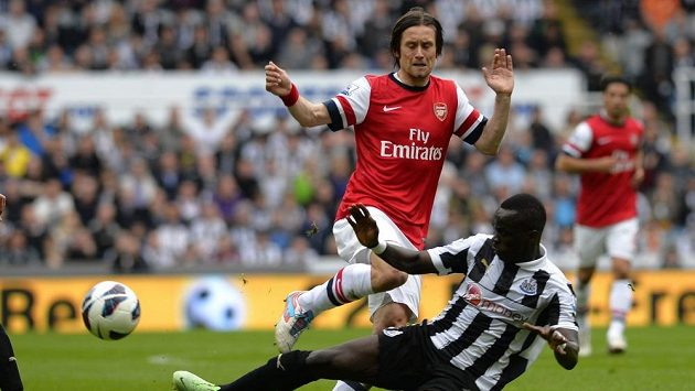 Záložník Arsenalu Tomáš Rosický v souboji s Tiotem z Newcastlu.