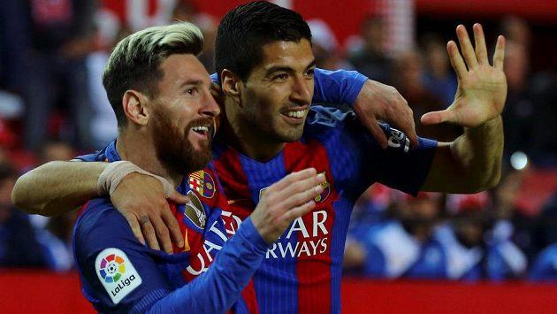 Lionel Messi (vlevo) a Luis Suárez svými góly pomohli Barceloně otočit zápas proti Seville.