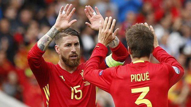Gerard Piqué a Sergio Ramos se radují po gólu proti Česku.