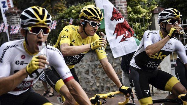 Polák Michal Kwiatkowski (vlevo) při závěru nedávné Tour de France po boku britského vítěze Gerainta Thomase a Španěla Jonathana Castrovieja.