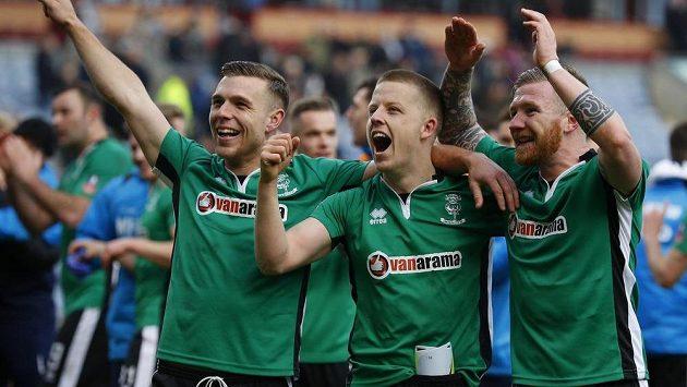 Fotbalisté Lincolnu se radují ze senzačního postupu přes Burnley v Anglickém poháru.