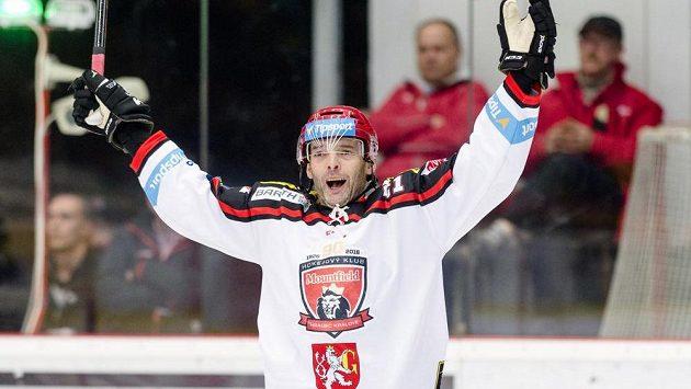 Útočník Hradce Jaroslav Kudrna se raduje z gólu.