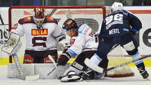 Zleva hráči Sparty brankář Sami Aittokallio a obránce Tomáš Dvořák a plzeňský útočník Tomáš Mertl.