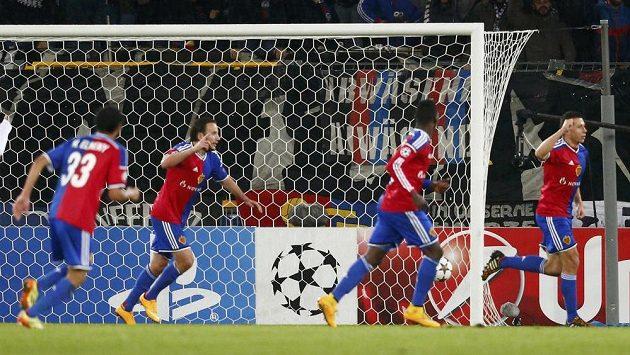 Obránce Basileje Marek Suchý (zcela vpravo) se raduje z gólu proti Razgradu.