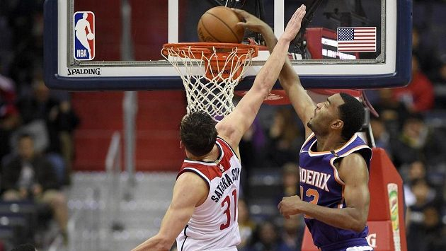 TJ Warren z týmu Phoenix Suns dává koš přes bránícího Tomáše Satoranského z Washingtonu Wizards v utkání NBA (ilustrační foto).