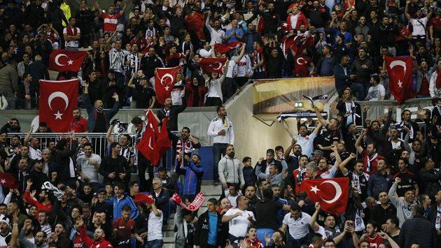 Fanoušci Besiktase Istanbul řádili na utkání Evropské ligy v Lyonu.