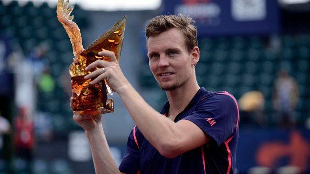 Český tenista Tomáš Berdych s trofejí pro vítěze turnaje v Šen-čenu.