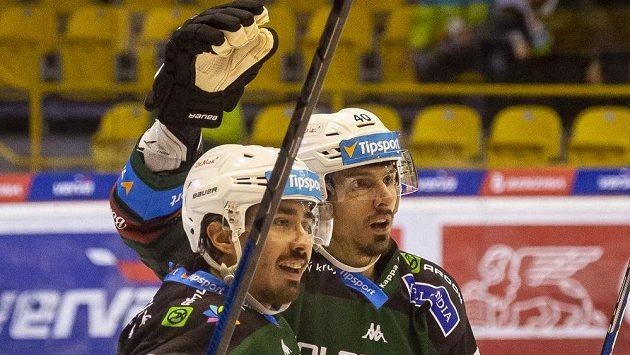 Zleva Martin Kohout a Tomáš Kubalík z Karlových Varů se radují z gólu.