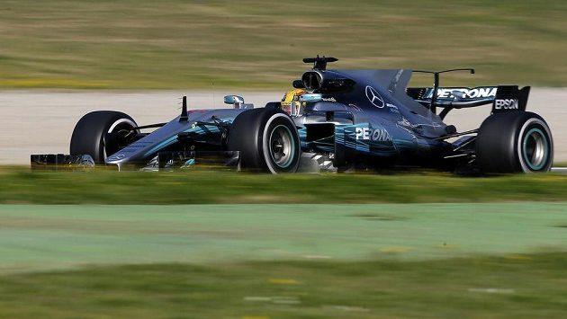 Lewis Hamilton z Mercedesu při tetech v Barceloně.