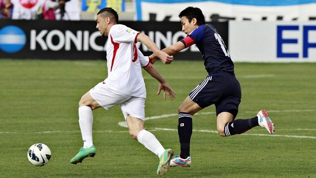 Japonský fotbalista Makoto Hasebe se snaží zastavit Jordánce Odai al-Saifyho.