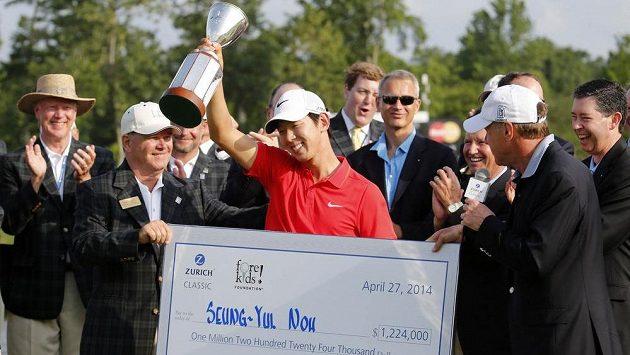 Korejský golfista Seung-Yul Noh pózuje s vítěznou trofejí.