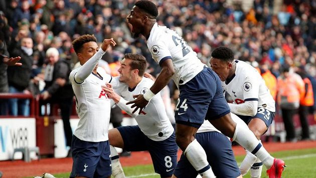 Fotbalisté Tottenhamu v anglické lize zvítězili na hřišti nováčka Aston Villy 3:2. Vítězný gól vstřelili až v nastavení, o to větší byla jejich radost.