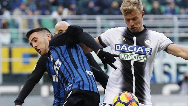 Antonín Barák z Udine v souboji s Matiasem Vecinem z Interu Milán.